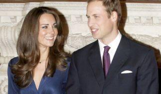 Kate Middleton und Prinz William strahlen für ihr offizielles Verlobungsfoto im November 2010 - doch das Kleid, das die zukünftige Herzogin von Cambridge trägt, bedeutete für die Designerin Daniella Helayel vom Label Issa den Anfang vom Ende. (Foto)