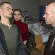 Chris Lehmann (Eric Stehfest) kann es nicht fassen: Vor den Augen seines Schwarms Sunny (Valentina Pahde) und seines Bruders Felix (Thaddäus Meilinger) wird er wegen des Verdachts auf Brandstiftung festgenommen.