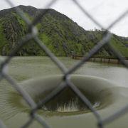 Stausee verschwindet in gigantischem Loch (Foto)
