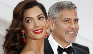 Amal Clooney erwartet mit ihrem Ehemann George Clooney Zwillinge - bereits vor der Geburt geben sich die werdenden Eltern verantwortungsbewusst und meiden ab sofort gefährliche Reisen. (Foto)