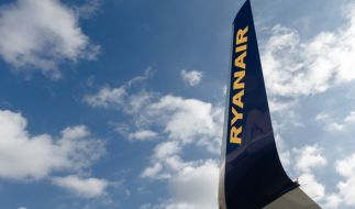 Die Fluggesellschaft Ryanair hat sich einen gewaltigen Shitstorm eingehandelt, nachdem eine Passagierin im Rollstuhl aufgefordert wurde, die Stufen der Gangway alleine hinaufzusteigen. (Foto)