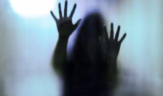 In der Dusche überfiel der Angeklagte seine Ehefrau mit heißem Öl. (Symbolbild) (Foto)