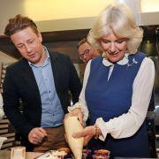 Prinz Charles' Ehefrau schwingt den Kochlöffel mit TV-Koch Jamie Oliver (Foto)