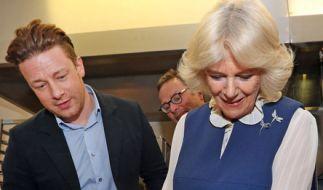 Camilla Parker-Bowles als Küchenfee: An der Seite von TV-Koch Jamie Oliver schwang die Herzogin von Cornwall höchstpersönlich den Kochlöffel. (Foto)