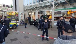 Am Samstagnachmittag hat ein Autofahrer in Heidelberg mehrere Fußgänger angefahren und ist dann mit einem Messer bewaffnet geflüchtet. (Foto)