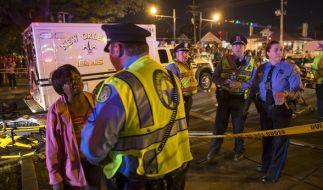 Polizisten und Rettungskräfte sind am 25.02.2017 am Unfallort in New Orleans (USA) im Einsatz. (Foto)