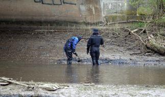 Polizeitaucher suchen im April 2016 in Leipzig am Ufer des Elsterbeckens nach Spuren. In dem Gewässer war die Leiche einer getöteten Portugiesin gefunden worden. (Foto)