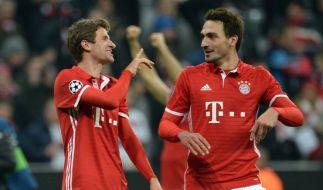 Thomas Müller freut sich über Mats Hummels Missgeschick. (Foto)