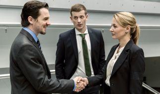 Manuel Bachers (Felix Klare): Kollege Kroth (Christoph Schechinger, Mitte) macht ihn mit der Staatsanwältin Caroline von Studt (Julia Thurnau) bekannt. (Foto)