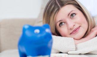 Wer frühzeitig für das Alter spart, kann jeden Monat kleine Raten einzahlen. Denn der Faktor Zeit spielt Sparern in die Hände. (Foto)