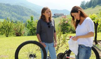 Anja (Katharina Müller-Elmau, r.) hat gerade ein eigenes Unternehmen gegründet und ist überraschend noch einmal schwanger geworden. Lena (Patricia Aulitzky) kann gut verstehen, dass für sie ein Lebenstraum zu platzen droht. (Foto)