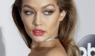 Eigentlich ist Gigi Hadid die Sexbombe. Jetzt inszenierte sie ihren Freund Zayn für Versace. (Foto)