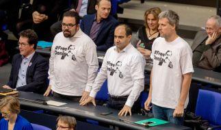 Chris Kühn, Özcan Mutlu und Dieter Janecek (v.l.) protestierten für die Freilassung von Deniz Yücel. (Foto)
