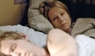 Ben (Simon Jensen) entgleitet allmählich Mutter Caro (Corinna Harfouch). (Foto)