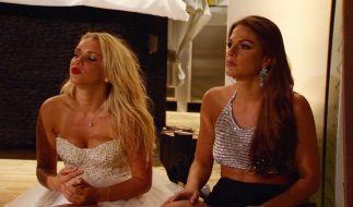 """Die Ex-""""Bachelor""""-Kandidatinnen Evelyn (l.) und Tina können sich auch alleine amüsieren. (Foto)"""