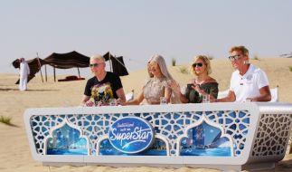 Beim Recall in der Wüste von Dubai versuchen die verbliebenen Kandidaten alles, um die Jury-Mitglieder (v.l.) H.P. Baxxter, Shirin David, Michelle und Dieter Bohlen mit Gesang und Performance zu überzeugen. (Foto)