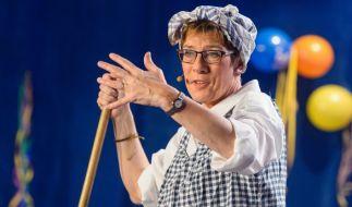 Annegret Kramp-Karrenbauer ist sich auch als saarländische Ministerpräsidentin nicht zu schade, um zum Karneval als Putzfrau Gretel in die Bütt zu steigen. (Foto)