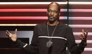 Rapper Snoop Dogg richtete in einem Musikvideo eine Pistole auf einen Doppelgänger von Donald Trump - das könnte jetzt ein ernstes Nachspiel für den Musiker haben. (Foto)