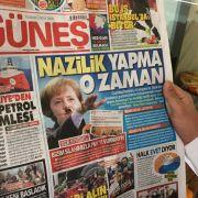"""Türkische Provokation! Merkel als """"weiblicher Hitler"""" mit SS-Uniform (Foto)"""