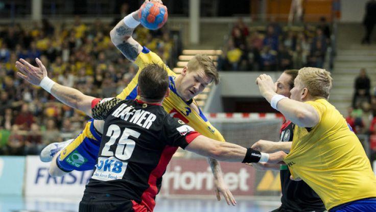 Markus Stegefelt (Mitte) aus Schweden in Aktion gegen Kai Häfner (links) beim Länderspiel Schweden gegen Deutschland am Samstag - die DHB-Auswahl mit ihrem neuen Coach Christian Prokop unterlag bei der Premiere knapp mit 25:27. (Foto)