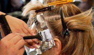 Damit eine Haarfarbe gleichmäßig wird, müssen Friseure - aber auch Selbermacher zu Hause - beim Färben einiges beachten. (Foto)