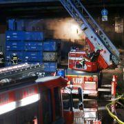 Werkshalle brennt lichterloh - acht Menschen verletzt (Foto)