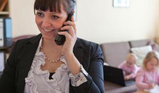 Raus aus dem Wohnzimmer, rein ins Büroleben: Nach der Babypause sollten Frauen nicht zu tief stapeln, wenn sie sich wieder um einen Job bewerben. (Foto)