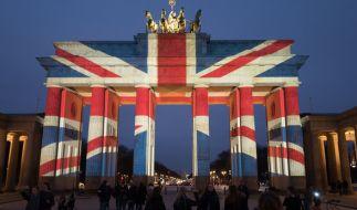 Das in britischen Farben angestrahlte Brandenburger Tor ist am 23.03.2017 in Berlin zu sehen. Mit dem Anstrahlen des Brandenburger Tores zeigen die Berliner ihre Anteilnahme an den Opfern des Anschlags von London. (Foto)