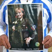 Protest gegen Deutschland in Griechenland: Merkel in Nazi-Uniform.