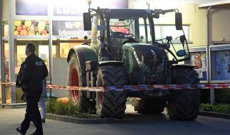 Diebe wollten mit einem Traktor einen Geldautomaten aus dem Supermarkt stehlen. (Foto)