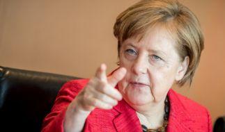 Bundeskanzlerin Angela Merkel (CDU) gestikuliert auf einer Sitzung des Bundeskabinetts im Kanzleramt in Berlin. (Foto)
