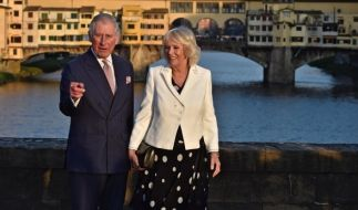 Prinz Charles und seine Ehefrau Camilla, Herzogin von Cornwall, stehen auf der Ponte Santa Trinita in Florenz, Italien. (Foto)
