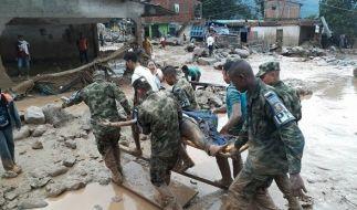 Das von der kolumbianischen Armee veröffentlichte Foto zeigt Soldaten bei Rettungsarbeiten in Mocoa (Kolumbien). (Foto)