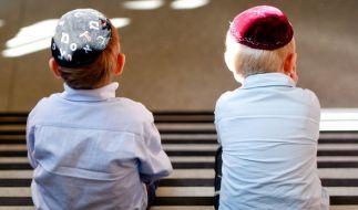 Zwei Jungen mit Kippa sitzen in Hamburg in der Talmud Tora Schule. (Foto)