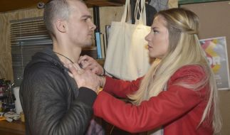 Chris (Eric Stehfest) gesteht Sunny (Valentina Pahde) seine Liebe. Bruder Felix ist damit gar nicht einverstanden. Die Situation zwischen den ungleichen Brüdern droht zu eskalieren. (Foto)