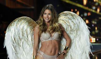 """Douzen Kroes zeigt gern was sie hat: Hier schwebt das Topmodel noch für """"Victoria's Secret"""" über den Laufsteg. (Foto)"""