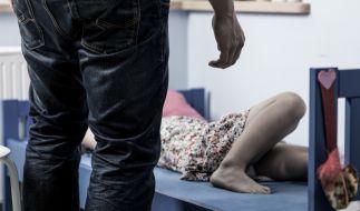 Um sich sexuell zu befriedigen soll ein Mann seiner Lebensgefährtin eine Taschenlampe eingeführt haben. (Symbolbild) (Foto)