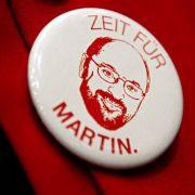 Eine Delegiertebeim Listenparteitag der Landes-SPD trägt am 11. März 2017 in Schwäbisch Gmünd einen Button mit dem Gesicht des SPD-Kanzlerkandidaten.