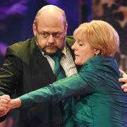 Thomas Wenke als Martin Schulz (l) und Antonia von Romatowski als Angela Merkel am 08. März 2017 in München beim Singspiel beim traditionellen