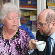 Martin Schulz spricht am 29. März 2017 in Teltow, Brandenburg, während seines Besuches in einem Mehrgenerationenhaus mit einer älteren Dame eines Häkelkreises.
