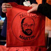 Ein Mitarbeiter verteilt am 22. März 2017 auf einem Treffen der neuen Mitglieder des SPD-Landesverbandes Berlin im Festsaal Kreuzberg Jutebeutel mit dem aufgedruckten Spruch
