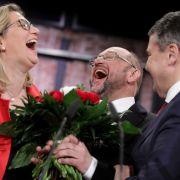 Am 19. März wird Schulz bei einem Sonderparteitag in Berlin zum SPD-Vorsitzenden und Kanzlerkandidaten gewählt - mit 100 Prozent der Stimmen. Hier ebenfalls im Bild: Anke Rehlinger (SPD Saarland, links) und Schulz' Vorgänger Sigmar Gabriel.
