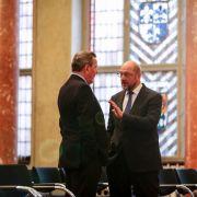 Der frühere Bundeskanzler Gerhard Schröder (l) und Martin Schulz am 14. Oktober 2016 in Berlin im Roten Rathaus. Schulz will als Kanzler die unter Schröder eingeführte Agenda 2010 reformieren.