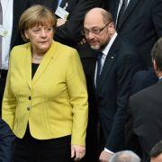 Bundeskanzlerin Angela Merkel (CDU) und SPD-Kanzlerkandidat Martin Schulz am 12. Februar 2017 in Berlin im Plenarsaal des Reichstagsgebäudes vor der Wahl des Bundespräsidenten.