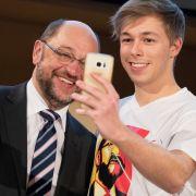 Schulz lässt sich am 15. März 2017 in Wolfenbüttel bei der SPD-Delegiertenkonferenz von einem Parteianhänger mit Martin-Schulz-T-Shirt fotografieren.