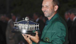 Golf: US-PGA-Tour - US Masters Einzel, Herren, Finalrunde am 09.04.2017 in Augusta, USA. Sergio Garcia aus Spanien hält die Sieger-Trophäe und trägt das Grüne Jacket. (Foto)