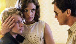 Wolfgangs Mutter Ingrid (Katharina Lorenz) kann sich gegen Heinz (Uwe Bohm) nicht durchsetzen. Der Stiefvater verbannt Wolfgang (Louis Hofmann) wegen Aufmüpfigkeit ins Fürsorgeheim. (Foto)
