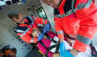 Nach Gabys (Anna Schudt) Sturz im Bad wird sie vom Notarzt (Armin Schmitt, l.) versorgt. (Foto)