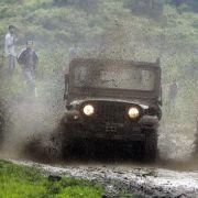 Lebendes Schutzschild! Militär fesselt Mann an Jeep (Foto)