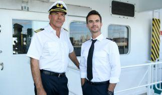 """Kapitän Burger (Sascha Hehn, l.) und der junge Offizier Florian (Florian Silbereisen, r.) in """"Das Traumschiff: Tansania"""". (Foto)"""